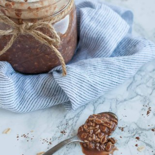 Craving sweets in the morning? Put down that pastry and kick your morning off right with 21 grams of protein, 6 grams of fiber, and only 8 grams of sugar in these tasty chocolate overnight oats. Plus, you do the work the night before so you can just grab and go!