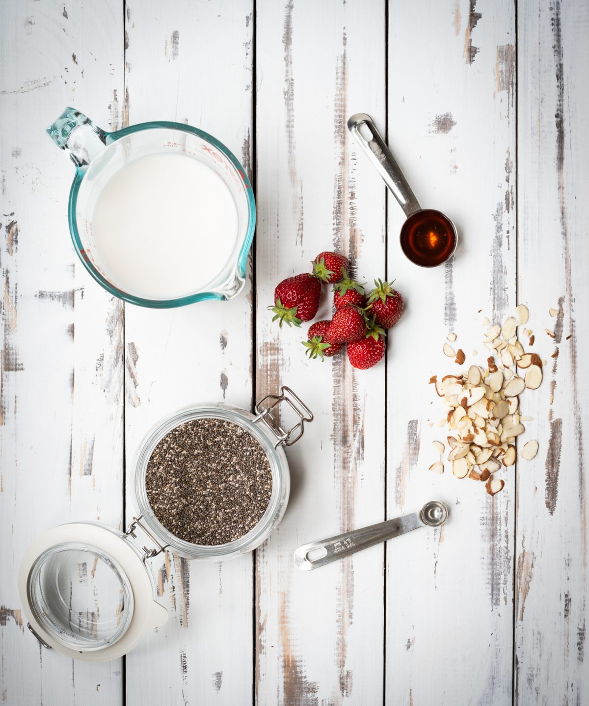 Almond chia seed pudding picture of ingredients